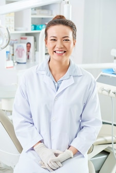 Schönes weibliches zahnarztporträt
