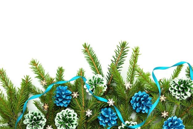 Schönes weihnachtsfeiertagskonzept auf weißem hintergrund.