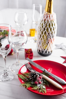 Schönes weihnachtsgedeck mit dekorationen