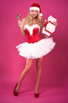 Schönes weihnachtsmädchen auf dem rosa