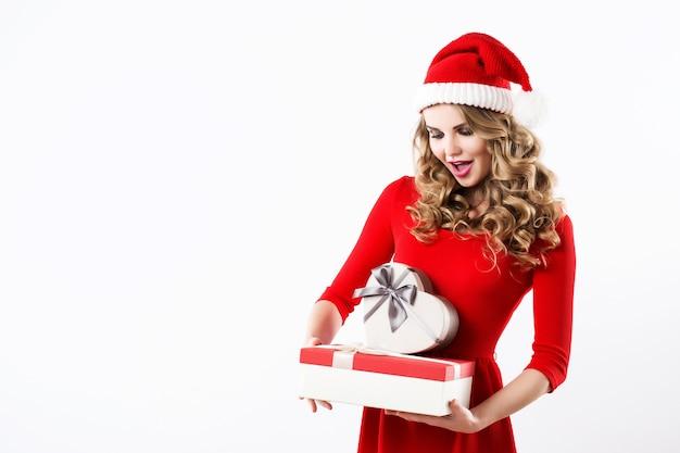Schönes weihnachtsmädchen mit einem geschenk