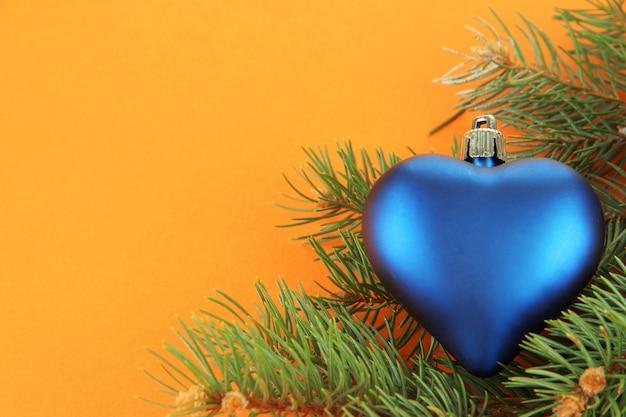 Schönes weihnachtsspielzeug auf tannenbaum auf braunem hintergrund
