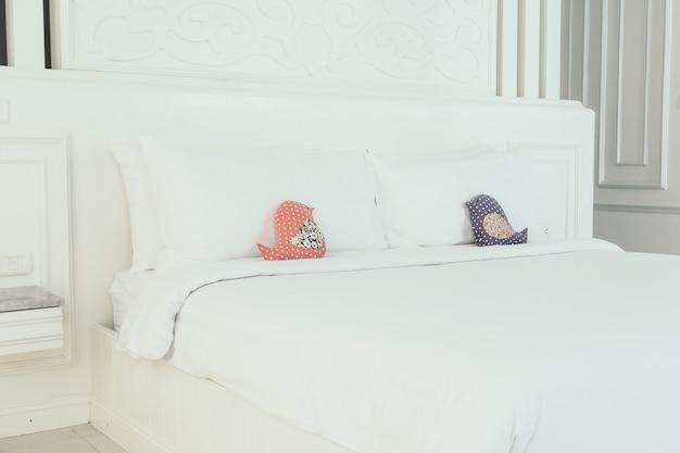 Schönes weißes luxuskissen auf bett