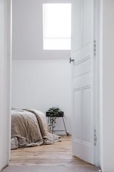 Schönes weißes schlafzimmer