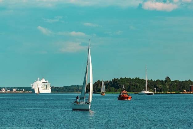 Schönes weißes segelboot in einer reise von riga. sommerreise