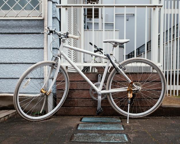 Schönes weißes vintage fahrrad