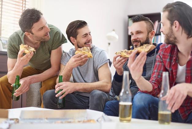 Schönes wochenende in männlicher gesellschaft verbracht