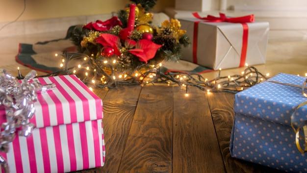 Schönes wohnzimmer dekoriert mit lichtern und geschenk zu weihnachten