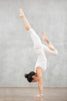 Schönes yoga: adho mukha vrksasana pose
