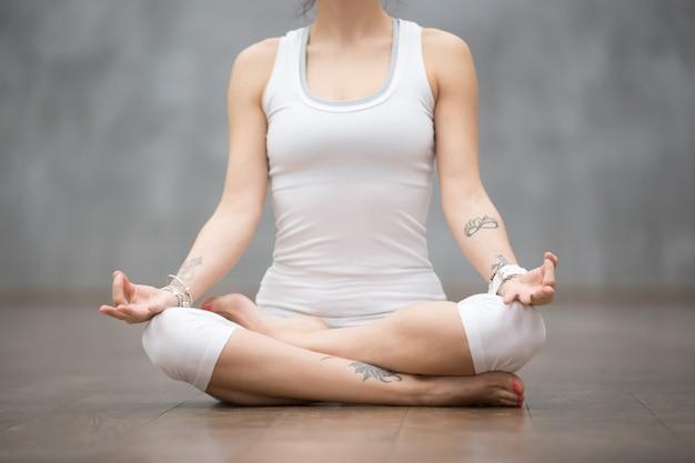 Schönes yoga: ardha padmasana pose