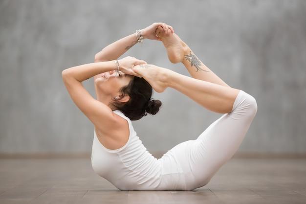 Schönes yoga: bogenhaltung