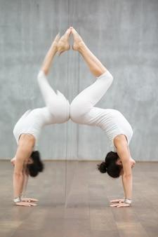 Schönes yoga: handstand-haltung mit rückbeugung