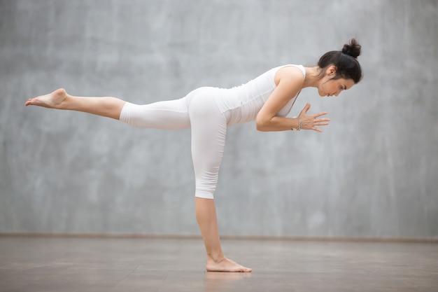 Schönes yoga: krieger drei posieren