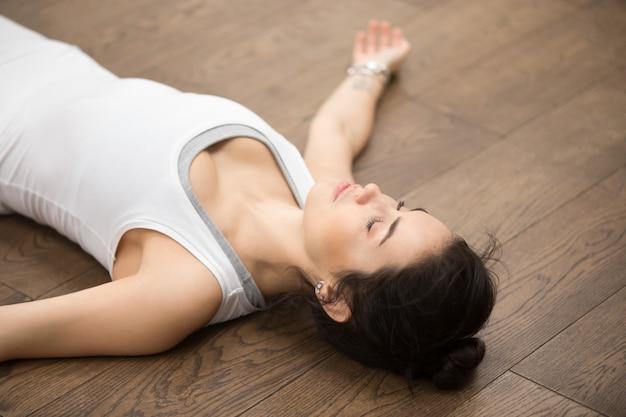 Schönes yoga: nach dem training ruhen
