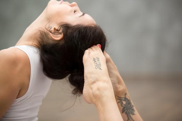 Schönes yoga: raja bhudjangasana pose