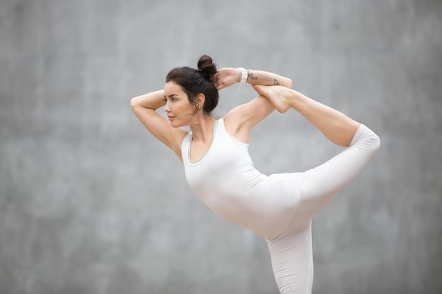 Schönes yoga: tanzende shiva-pose