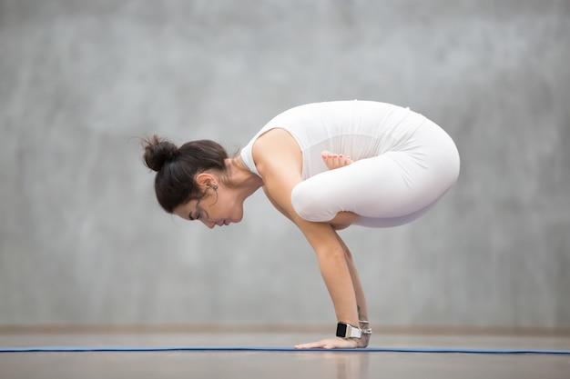 Schönes yoga: urdhva kukkutasana