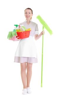 Schönes zimmermädchen mit reinigungsgerät auf weißem hintergrund