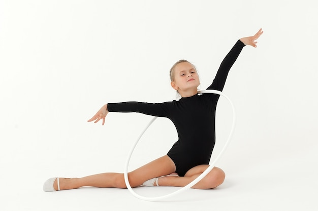 Schönheit akrobat praktiziert gymnastik yoga isoliert auf einem weißen raum