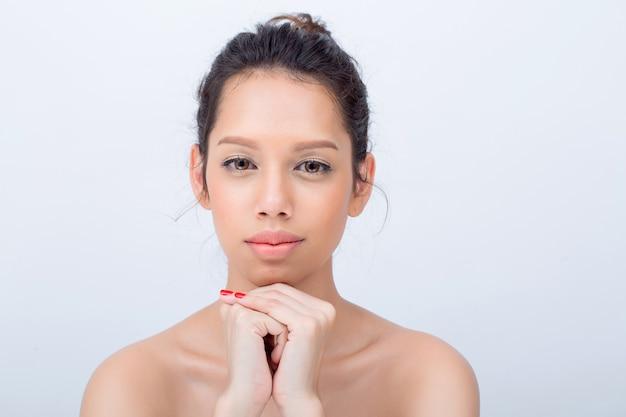 Schönheit asiatische junge frau mode-modell mit v-form gesicht natürlich make-up auf weiß