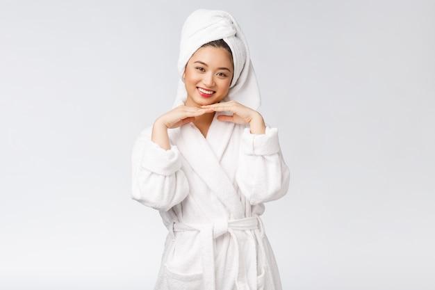 Schönheit asiatisches mädchen, das ihre haut hautpflege überprüft isoliert über
