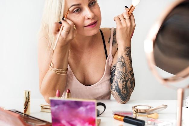 Schönheit blogger mit make-up-tutorial