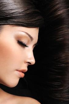 Schönheit des jungen schönen schlafenden mädchens im raum ihres haares