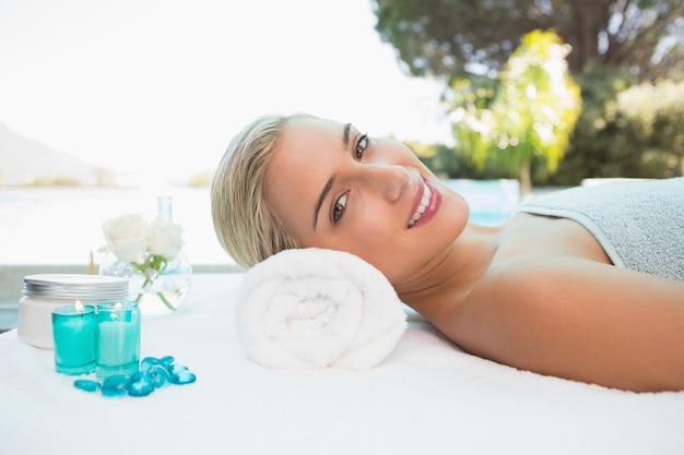 Schönheit, die auf massagetabelle in der badekurortmitte liegt