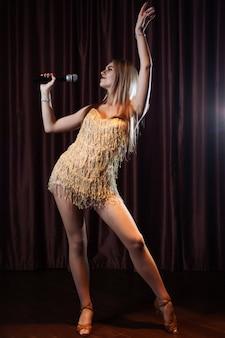 Schönheit, die karaokelieder in den mikrophonen im restaurant singt