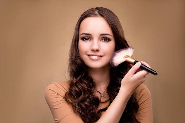 Schönheit, die make-up im schönheitskonzept anwendet