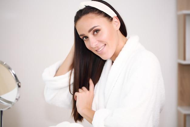 Schönheit gesicht frau natürliche gesunde kosmetische haut reine sresh schöne weibliche glückliche lächeln porträt maniküre hand