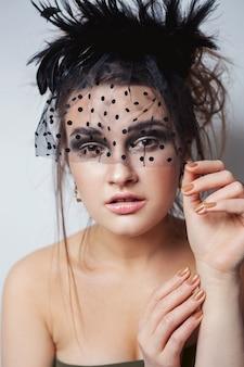 Schönheit hochmodisches modellmädchen mit nacktem make-up und schleier, die im weißen hintergrund aufwerfen