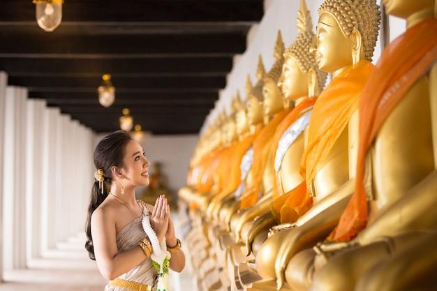 Schönheit im thailändischen alten traditionellen kostüm, porträt am alten ayutthaya-tempel