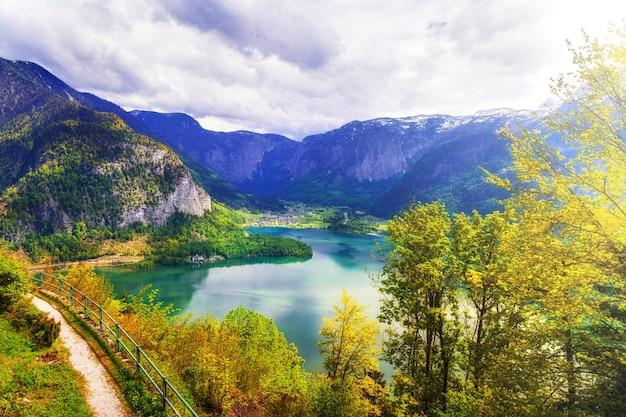 Schönheit in der natur, alpensee in herbstfarben. hallstatt, österreich
