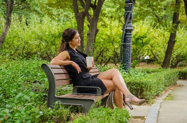 Schönheit machen eine pause im park mit beige schale