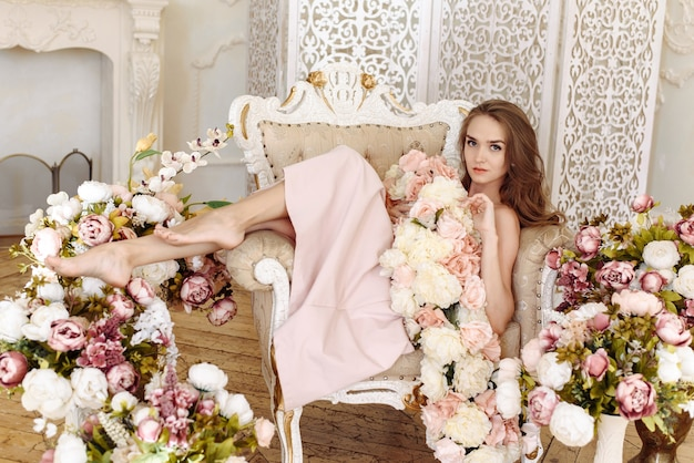 Schönheit, mode. hochzeitsstil. porträt einer schönen brautfrau in einem eleganten rosa kleid der rosen