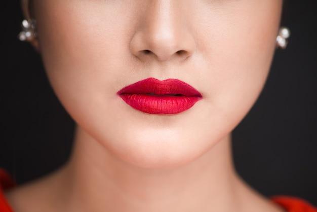 Schönheit. nahaufnahme der schönen frauenlippen mit rotem mattem lippenstift