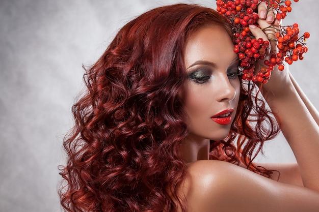 Schönheit rothaarige frau mit schöner make-up-farbe