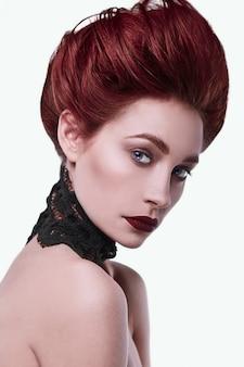 Schönheit stilvolle rothaarige frau mit frisur und tragendem halskettenschmuck