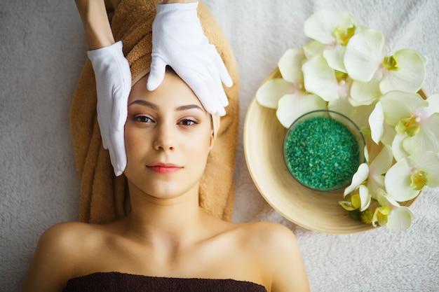 Schönheit und pflege, kosmetikerin macht gesichtsmassage