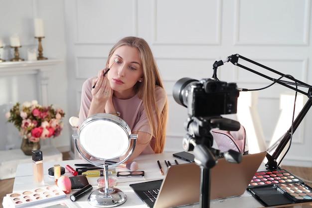 Schönheit vlogger. junge frau, die ein make-up-tutorial aufzeichnet
