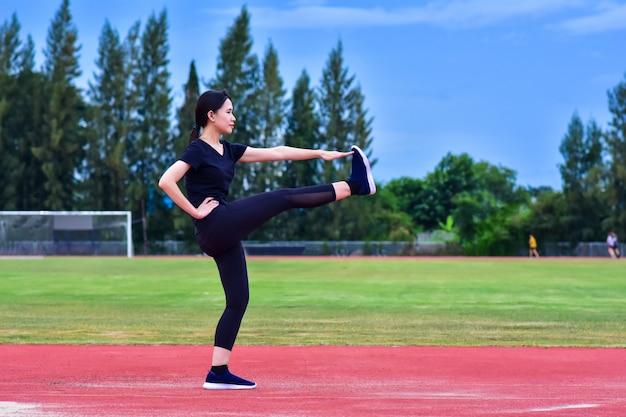 Schönheits-asiatin-übungskörper-sitz training