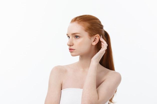 Schönheits-frau. schöne junge frau, die ihre haut berührt. portrait getrennt auf weißem hintergrund. gesundheitswesen. perfekte haut. beauty gesicht