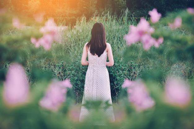 Schönheits-frauen, die im grünen park stehen