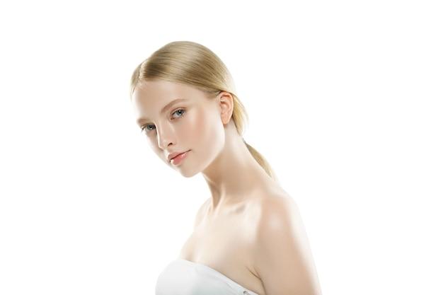 Schönheits-frauengesicht porträtabschluß oben. schönes vorbildliches mädchen mit perfekter frischer sauberer haut. studioaufnahme.