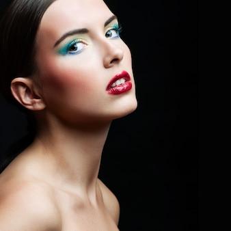 Schönheits-mädchen-portrait mit buntem make-up