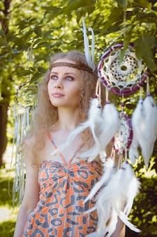 Schönheits-porträt des mädchens mit dem dreamctahcer, der neben ihr hängt