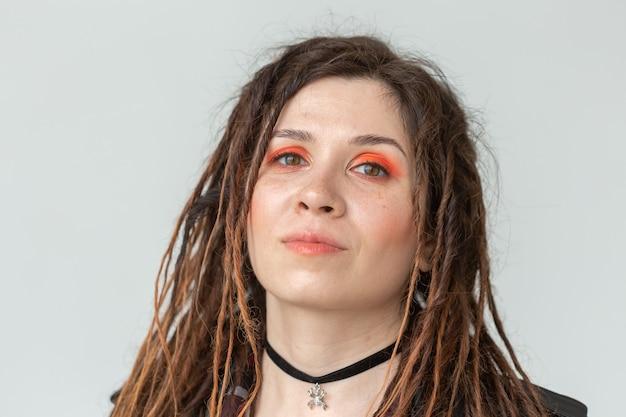 Schönheits-, stil- und modekonzept - porträt der jungen schönen frau mit stilvollem make-up