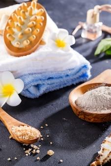 Schönheits- und badekurortkonzept mit badekurort stellte auf dunklen rustikalen stein ein
