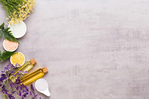 Schönheits- und modekonzept mit spa auf rustikalem pastellholzhintergrund gesetzt.